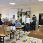 Die Pakete werden mit Süßigkeiten aus Deutschland und Literatur angereichert