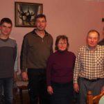 Der Pastor mit Ehefrau (2-3 von rechts) leiten den Bau