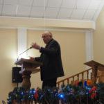 Abram Falk bei der Predigt